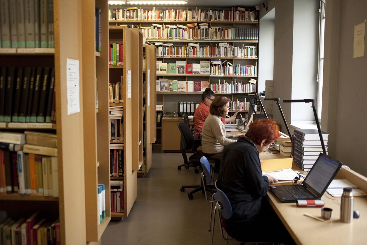 Wichsen in der Bibliothek